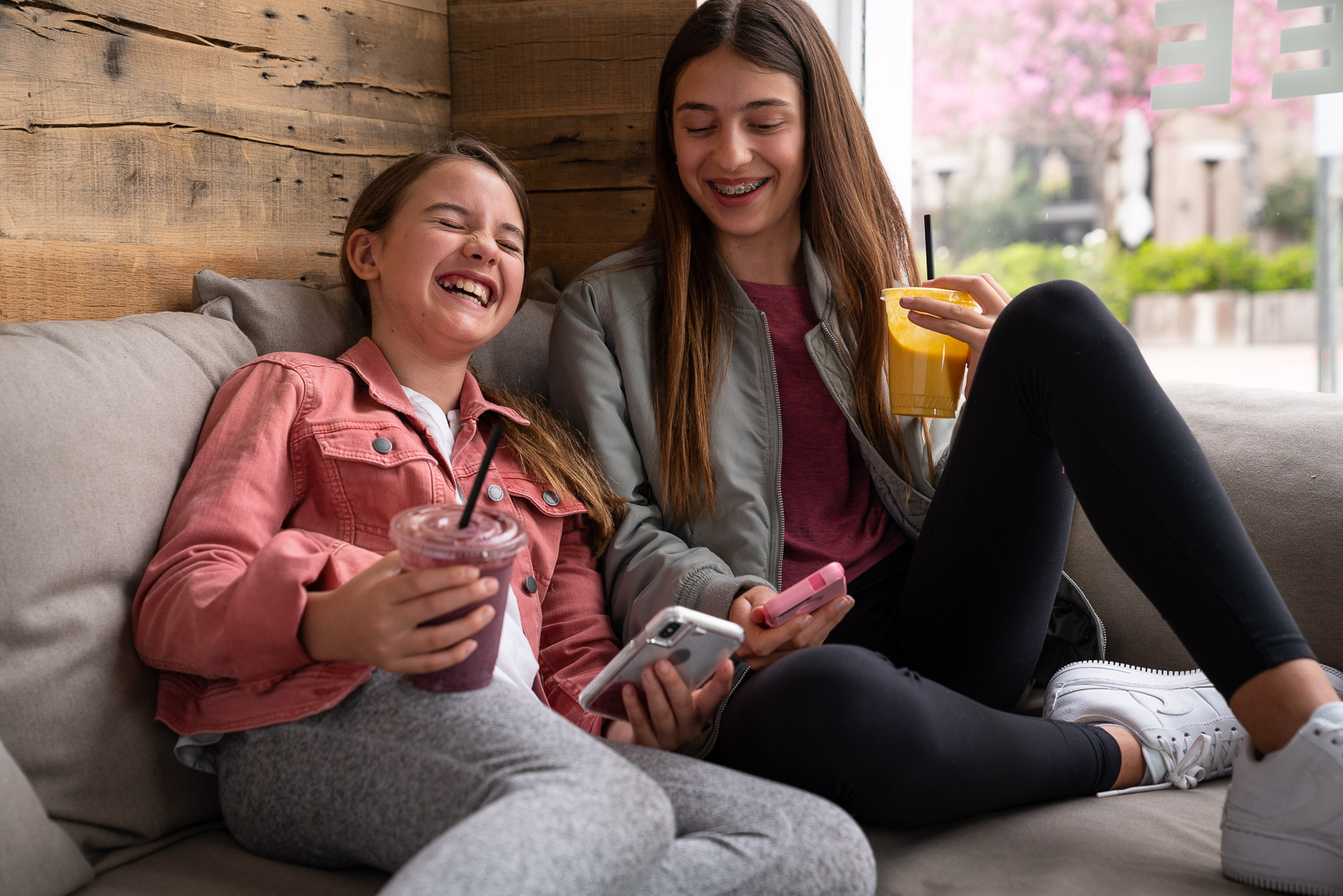Avast - Tweens in Cafe on Smartphones